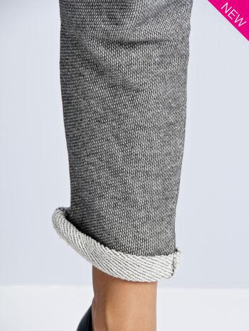 Szare melanżowe spodnie dresowe w stylu casual                                  zdj.                                  6