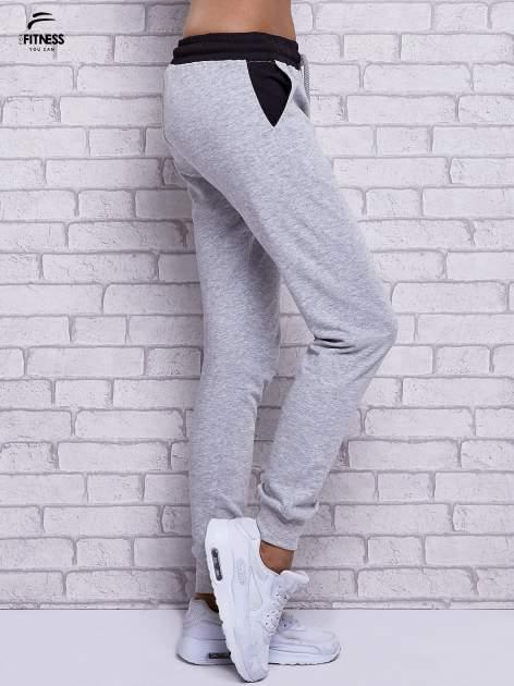 Szare melanżowe spodnie dresowe z czarnymi wstawkami                                  zdj.                                  3