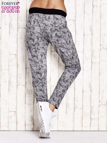 Szare ocieplane spodnie dresowe z marmurkowym nadrukiem                                  zdj.                                  3