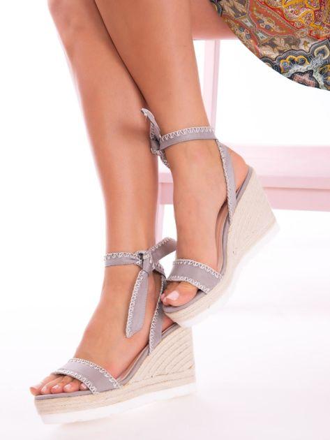 Szare sandały z eco zamszu z ozdobnymi obszyciami, wiązane na boku                               zdj.                              2
