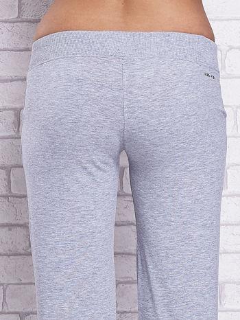 Szare spodnie capri z kieszeniami i gumką w pasie                                  zdj.                                  6