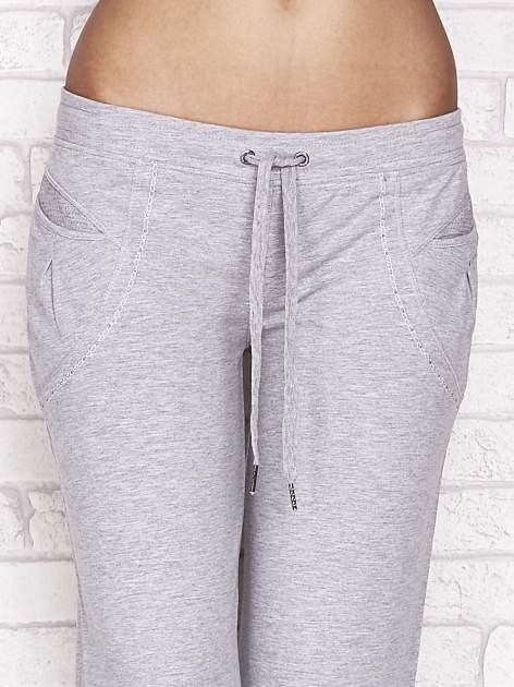 Szare spodnie dresowe capri z aplikacją przy kieszeniach                                  zdj.                                  4