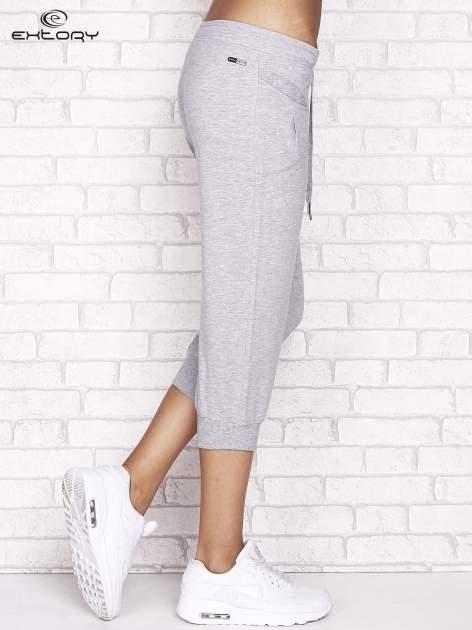 Szare spodnie dresowe capri z aplikacją przy kieszeniach                                  zdj.                                  2