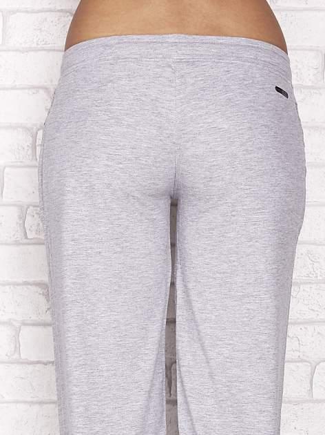 Szare spodnie dresowe capri z aplikacją przy kieszeniach                                  zdj.                                  6