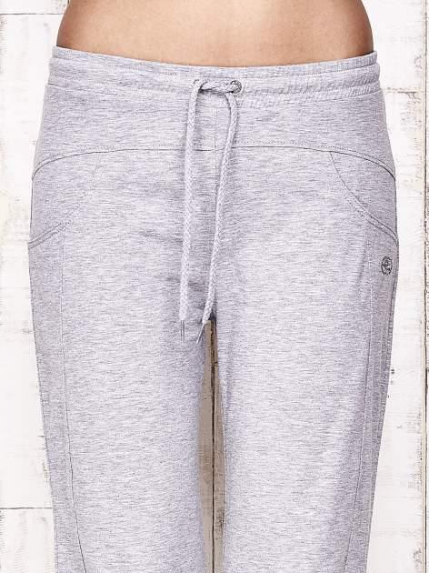 Szare spodnie dresowe capri z aplikacją z dżetów                                  zdj.                                  4