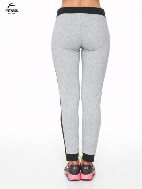 Szare spodnie dresowe damskie z kontrastowymi lampasami po bokach                                  zdj.                                  4