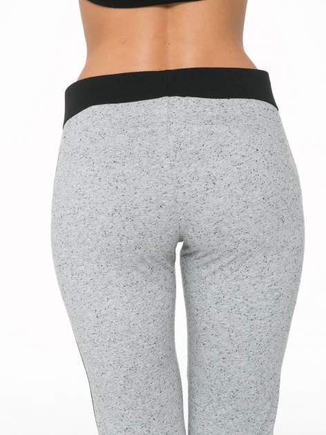 Szare spodnie dresowe damskie z kontrastowymi lampasami po bokach                                  zdj.                                  8