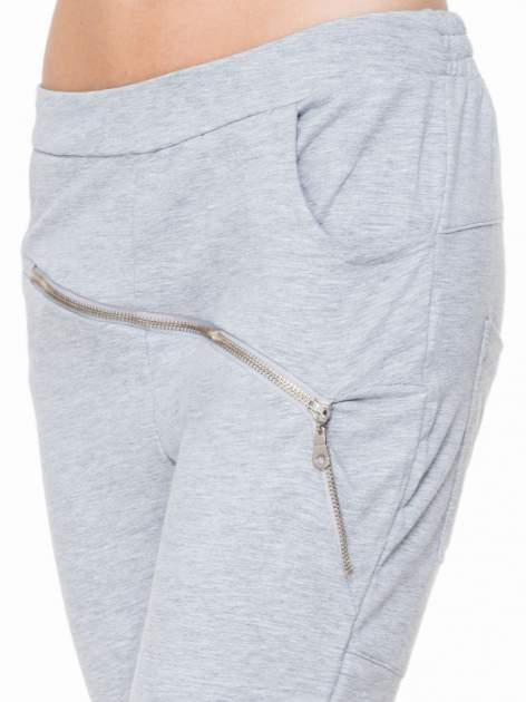 Szare spodnie dresowe typu baggy z suwakiem                                  zdj.                                  5