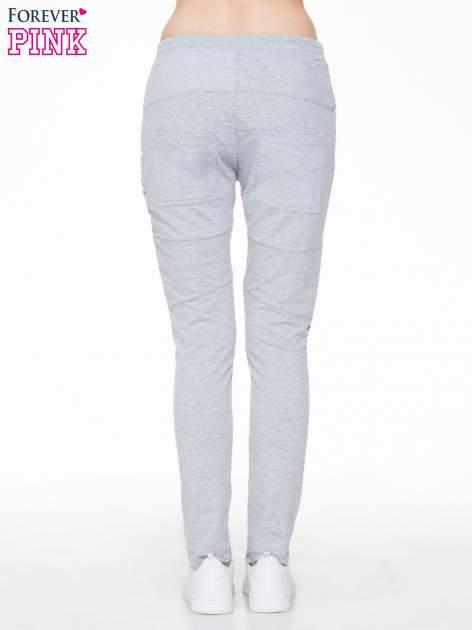 Szare spodnie dresowe typu baggy z suwakiem                                  zdj.                                  4