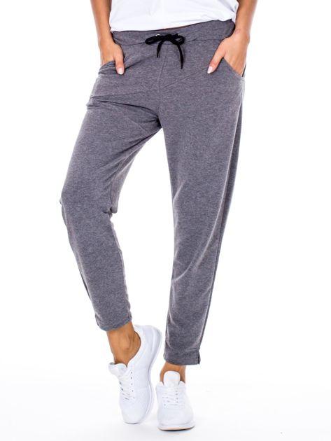 Szare spodnie dresowe z asymetrycznymi przeszyciami                              zdj.                              1