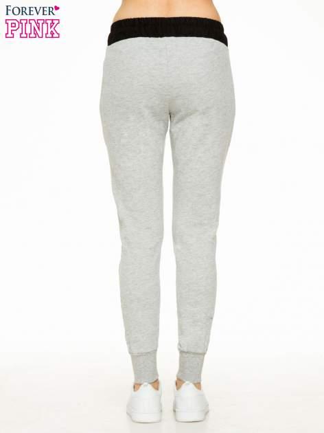 Szare spodnie dresowe z elastycznym kontrastowym pasem                                  zdj.                                  4