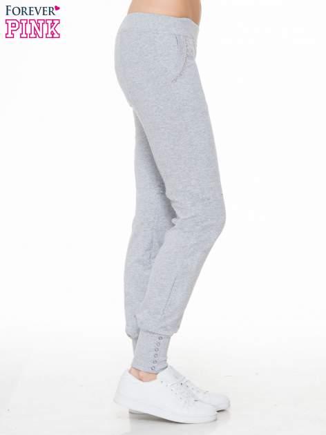 Szare spodnie dresowe z łańcuszkami przy kieszeniach                                  zdj.                                  3