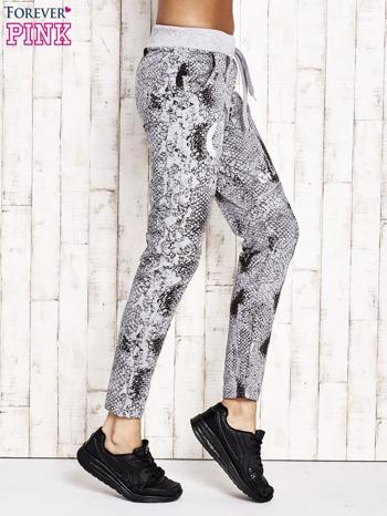 Szare spodnie dresowe z motywem skóry węża i brokatową aplikacją                                  zdj.                                  3