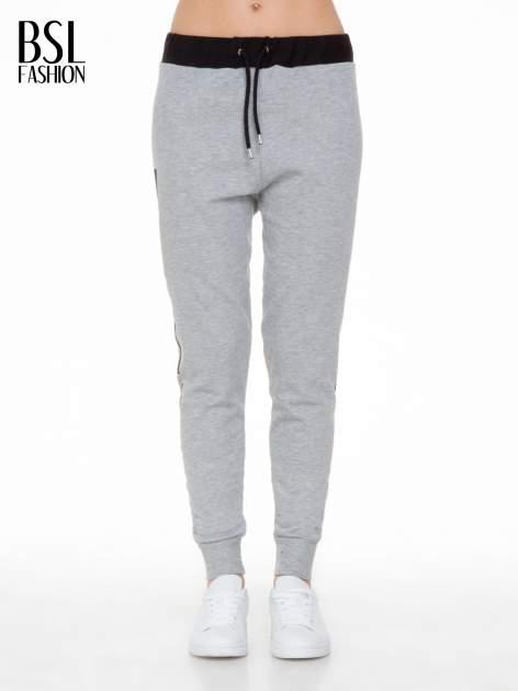 Szare spodnie dresowe z nadrukiem WHY NOT z boku nogawek                                  zdj.                                  1