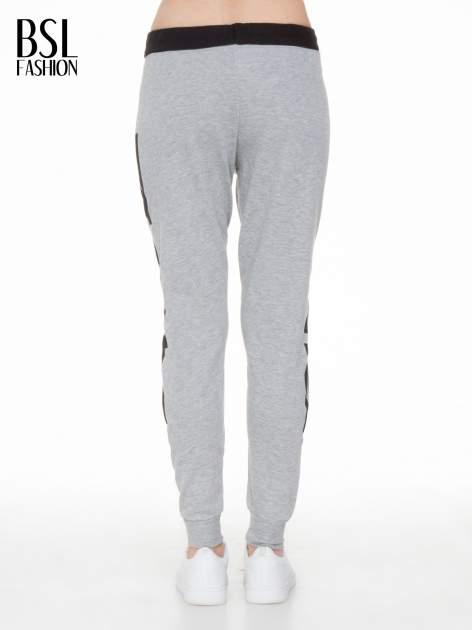 Szare spodnie dresowe z nadrukiem WHY NOT z boku nogawek                                  zdj.                                  5