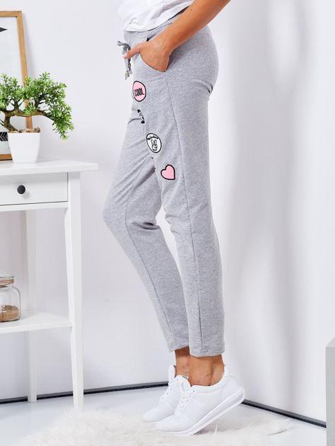 Szare spodnie dresowe z naszywkami                              zdj.                              3