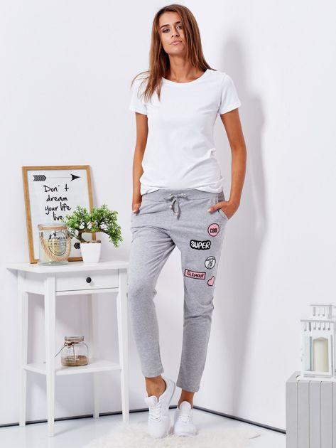 Szare spodnie dresowe z naszywkami                                  zdj.                                  4