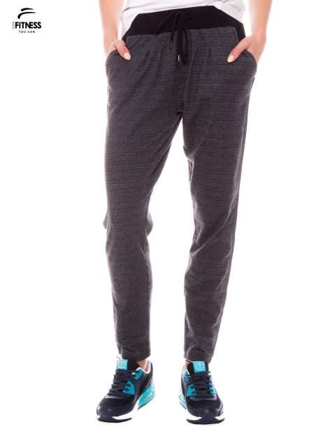 Szare spodnie dresowe z nogawką slim ściągane w pasie troczkami                                  zdj.                                  1
