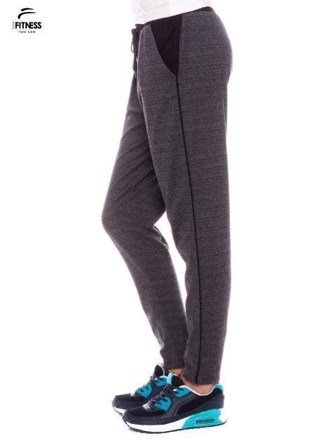 Szare spodnie dresowe z nogawką slim ściągane w pasie troczkami                                  zdj.                                  2