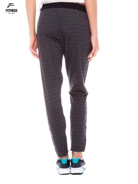 Szare spodnie dresowe z nogawką slim ściągane w pasie troczkami                                  zdj.                                  3