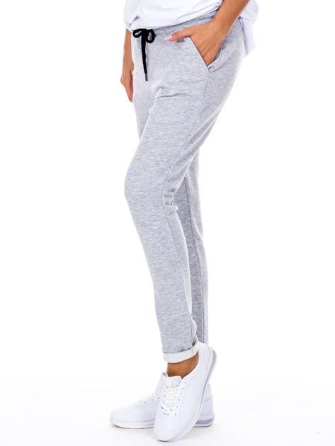 Szare spodnie dresowe z podwijanymi nogawkami                              zdj.                              5