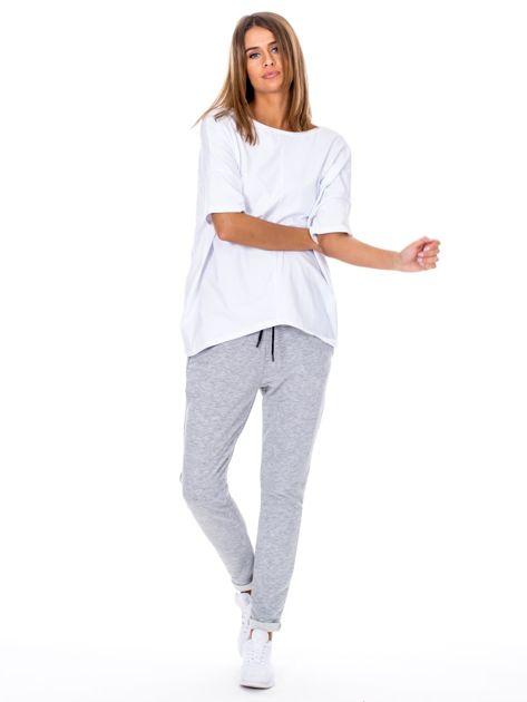 Szare spodnie dresowe z podwijanymi nogawkami                              zdj.                              4