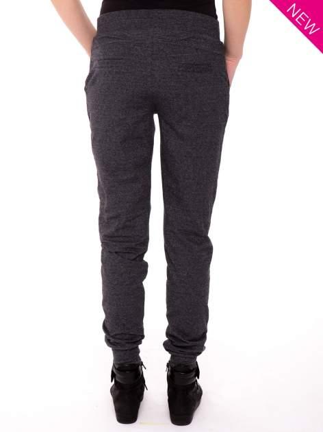 Szare spodnie dresowe ze zwężaną nogawką zakończoną na dole ściągaczem                                  zdj.                                  2