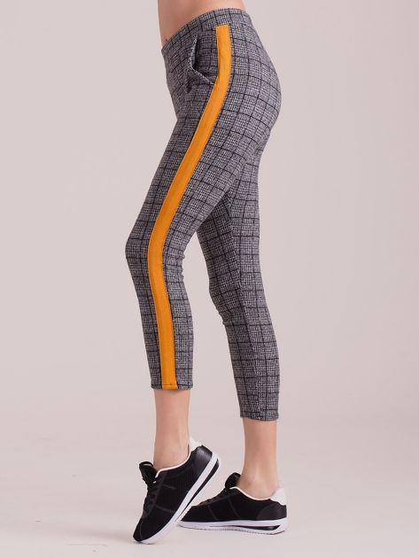 Szare spodnie we wzory z pomarańczowymi lampasami                              zdj.                              1