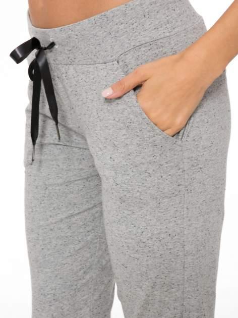 Szare wąskie spodnie dresowe wiązane w pasie na wstążkę                                  zdj.                                  7