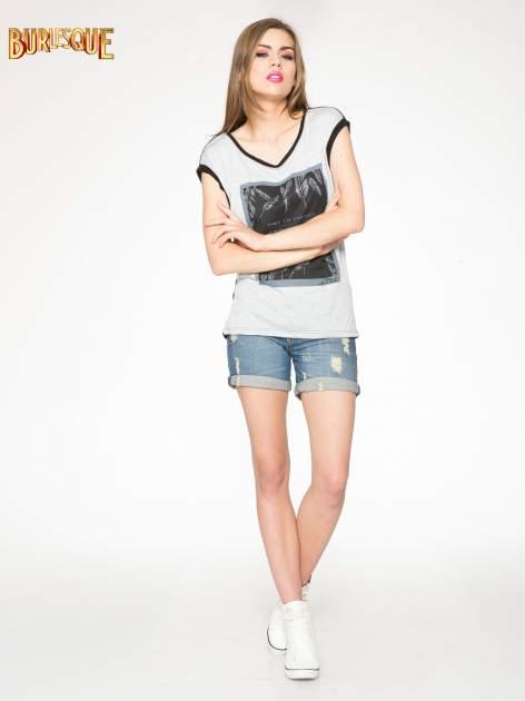 Szaro-czarny t-shirt  z nadrukiem piórek                                  zdj.                                  2
