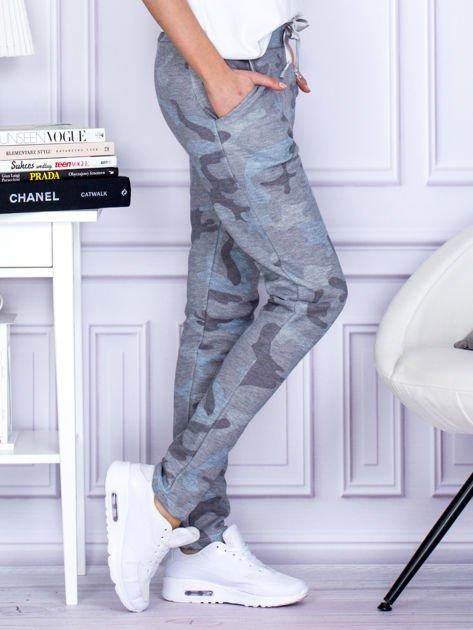 Szaro-niebieskie spodnie dresowe we wzór moro                                   zdj.                                  3