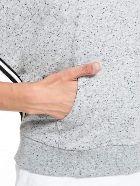 Szaromelanżowa bluza kangur z szerokim rozcięciem przy rękawach                                  zdj.                                  8