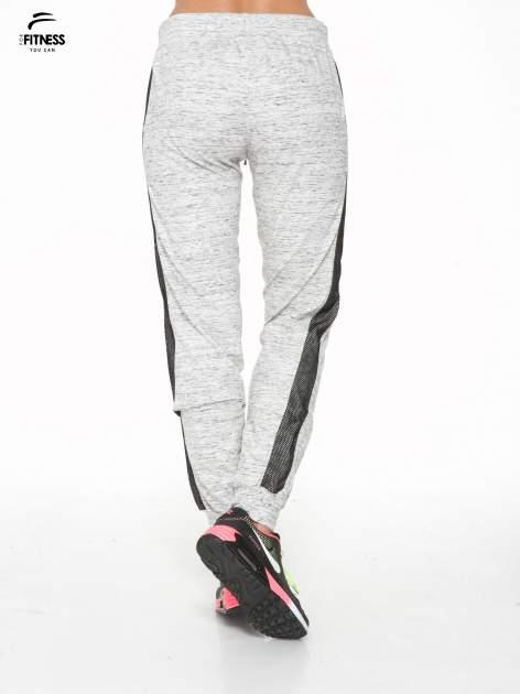 Szaromelanżowe spodnie dresowe z czarnymi lampasami z siateczki                                  zdj.                                  4