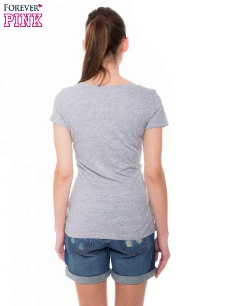 Szary basicowy t-shirt z dekoltem w serek                                  zdj.                                  4
