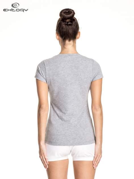 Szary damski t-shirt sportowy ze wzorzystymi wstawkami                                  zdj.                                  4