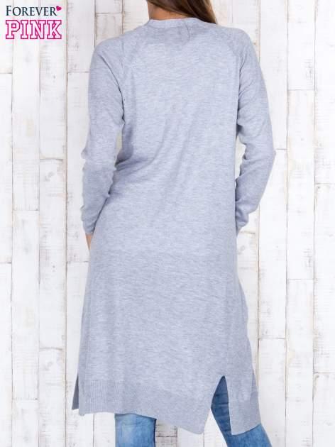 Szary długi sweter z ażurowym zdobieniem szwów                                  zdj.                                  4