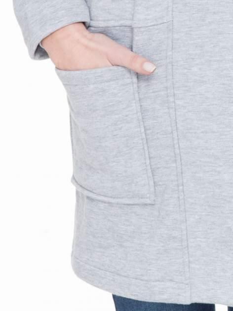 Szary dresowy płaszcz z kapturem i kieszeniami                                  zdj.                                  7