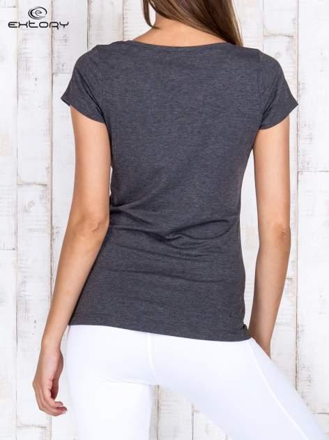 Szary melanżowy damski t-shirt sportowy basic PLUS SIZE                                  zdj.                                  4