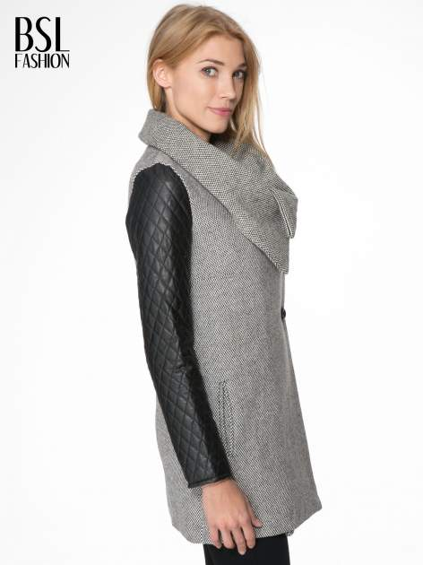 Szary melanżowy płaszcz  ze skórzanymi pikowanymi rękawami                                  zdj.                                  3
