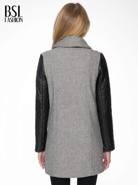 Szary melanżowy płaszcz  ze skórzanymi pikowanymi rękawami                                  zdj.                                  4