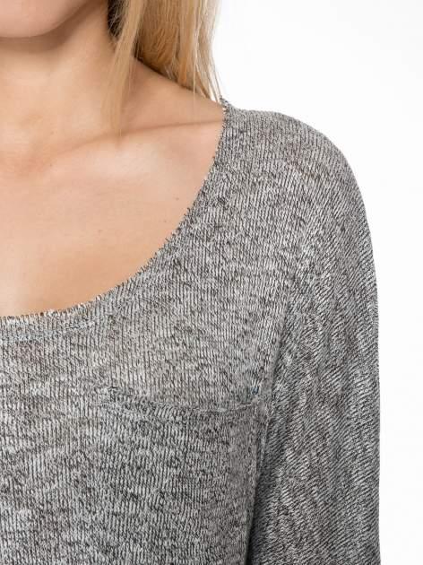 Szary melanżowy sweterek o luźnym kroju z kieszonką                                  zdj.                                  5