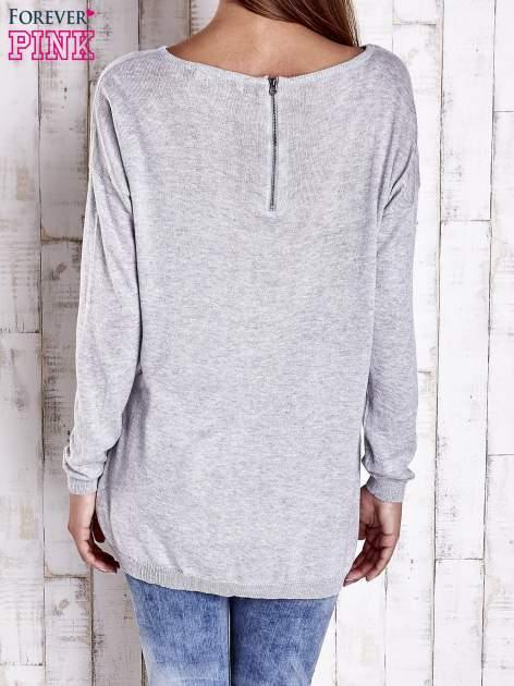 Szary nietoperzowy sweter oversize z dłuższym tyłem                                  zdj.                                  4