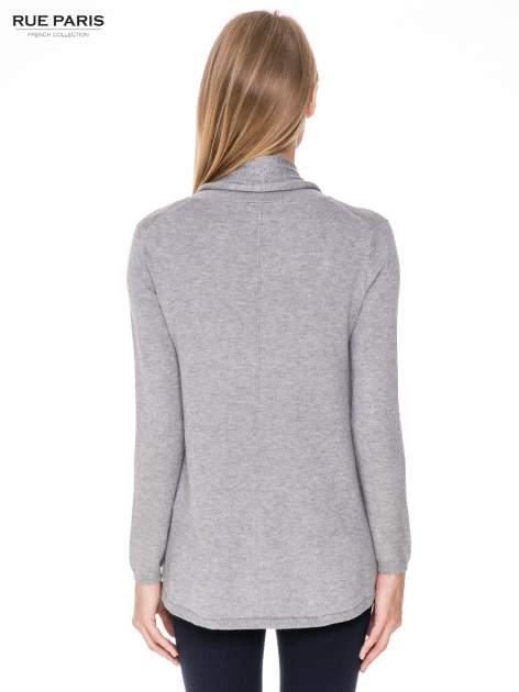 Szary otwarty sweter narzutka z dłuższym tyłem                                  zdj.                                  4