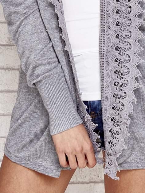 Szary sweter kardigan z ażurowym przodem                                  zdj.                                  5