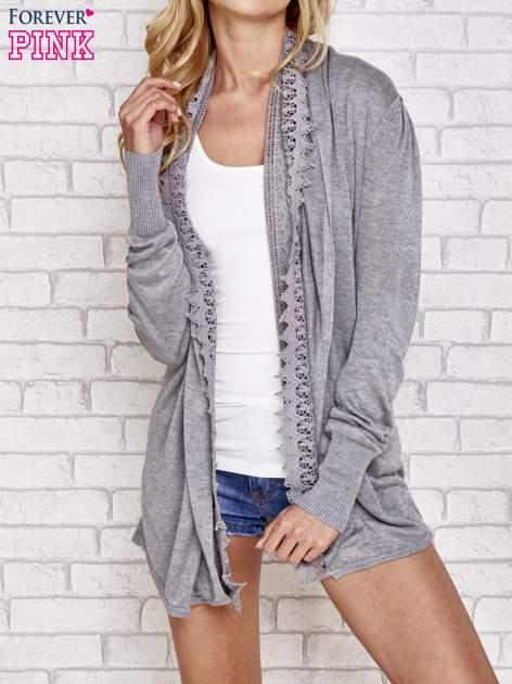 Szary sweter kardigan z ażurowym przodem