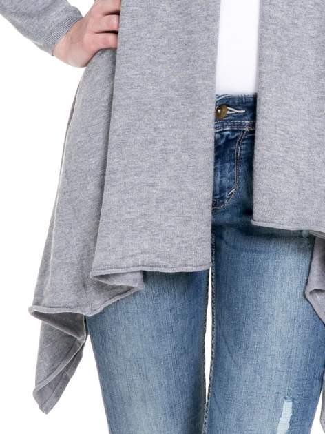 Szary sweter narzutka z kaskadowymi bokami                                  zdj.                                  6