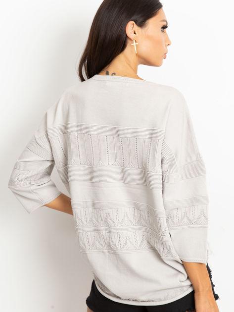 Szary sweter w delikatny wzór                              zdj.                              2