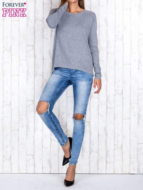 Szary sweter z dłuższym tyłem i zakładką na plecach                                  zdj.                                  2