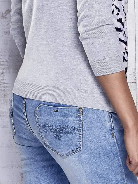 Szary sweter z kolorową wstawką                                  zdj.                                  7