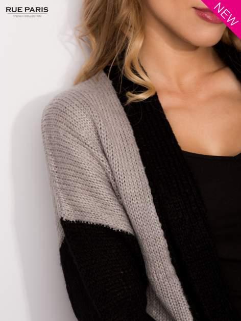 Szary sweter z kontrastowym pasem i rękawami                                  zdj.                                  6